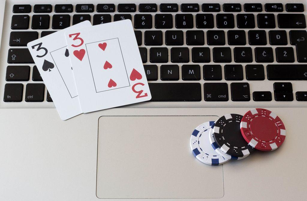 Online-Poker - Chips und Karten auf dem Notebook