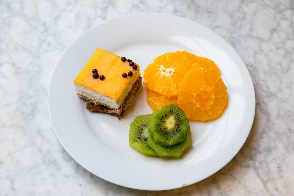 Orange cake, orange and kiwi slices