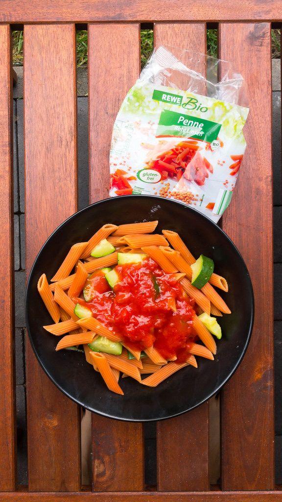 Orangefarbene Bio-Penne aus roten Linsen, Zucchini und Tomatensoße