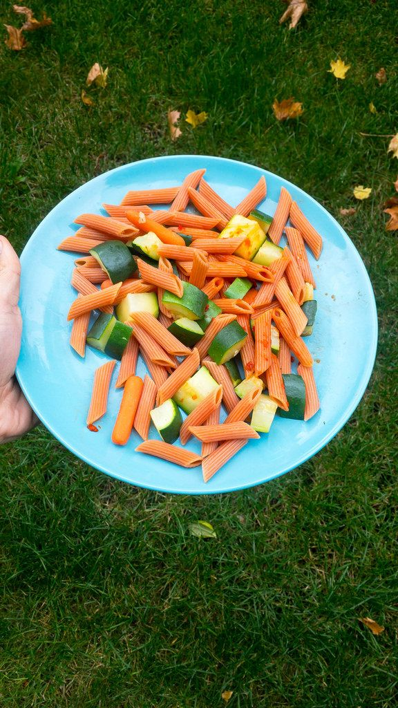 Orangefarbene Nudeln und Zucchini