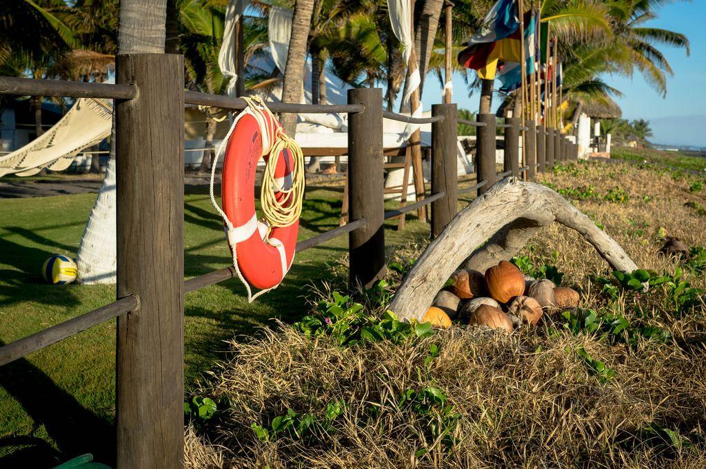 Orangefarbener Rettungsring an einem Holzzaun