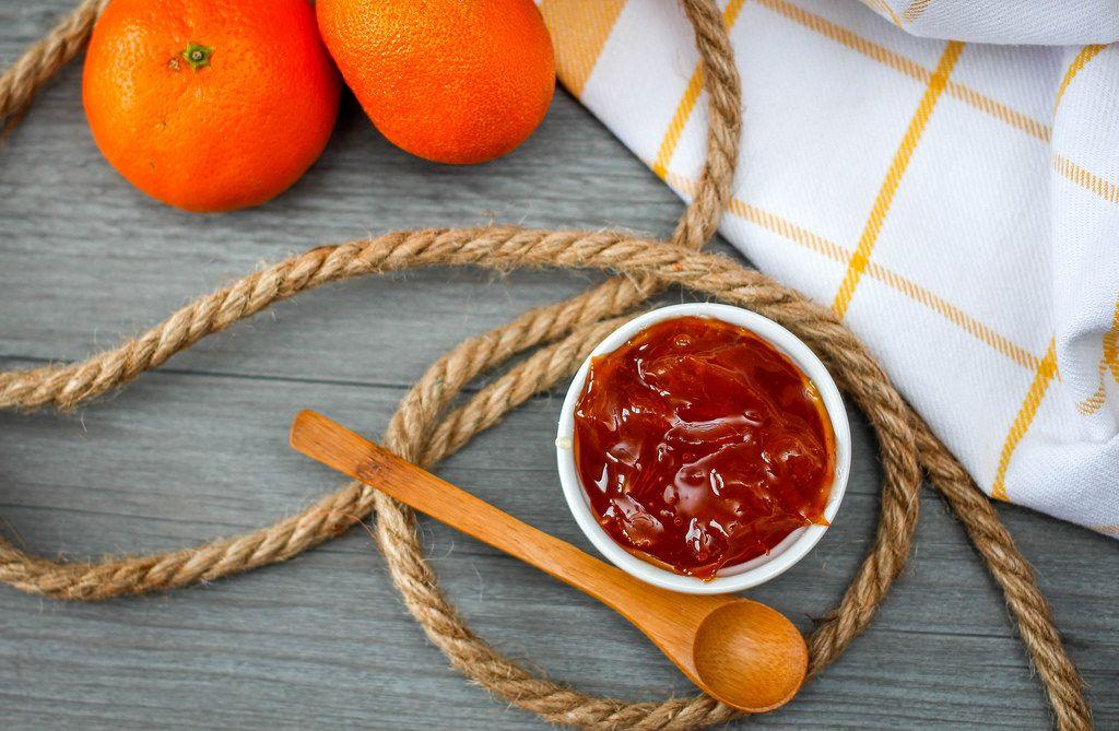 Orangenmarmelade, Seil, Holzlöffel und frische Orangen