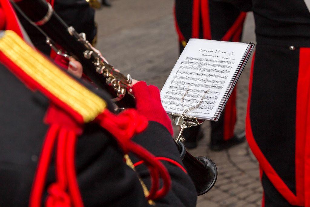 Orchester spielt Karnevals-Marsch beim Kölner Karneval 2018