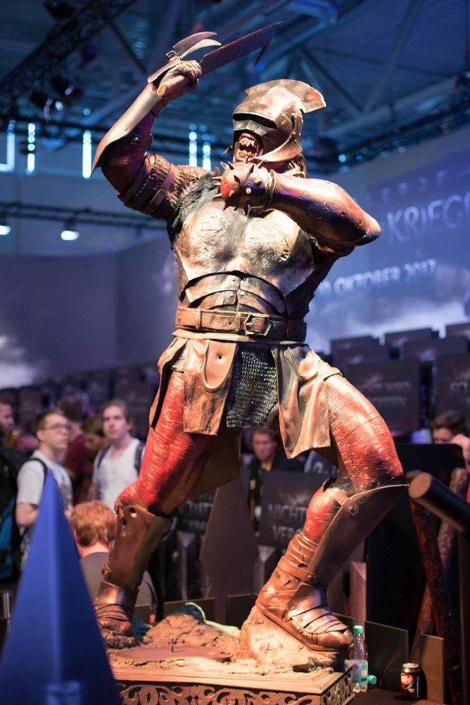 Ork-Figur beim Messestand von Mittelerde Schatten des Krieges