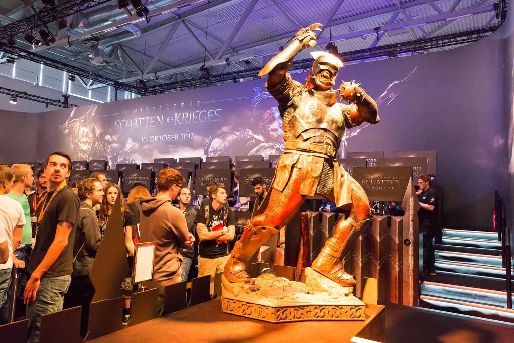 Ork-Figur in Lebensgröße am Stand von Mittelerde: Schatten des Krieges - Gamescom 2017, Köln
