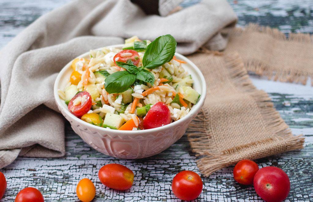 Orzo Salat als griechische Vorspeise mit Tomaten und Gurkenscheiben