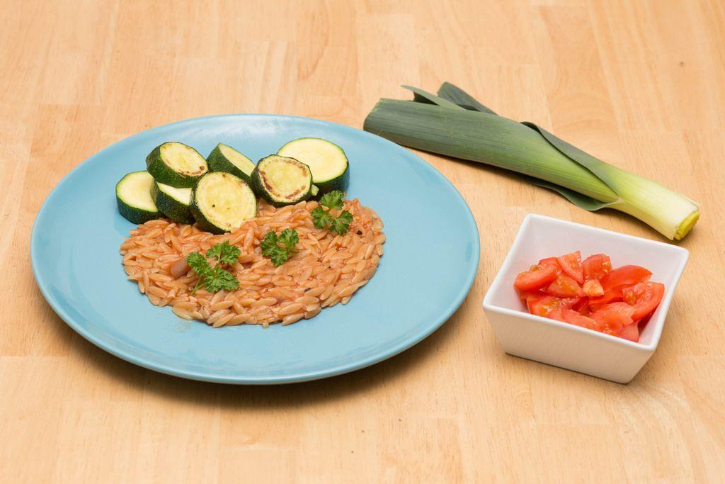 Orzotto-Nudeln mit Zucchini und Tomatensalat