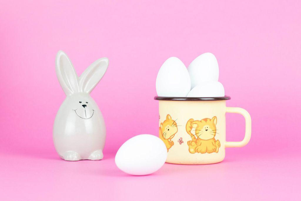 Osterhase und Eier vor rosafarbenem Hintergrund