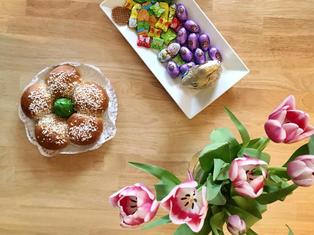 Osterkranz und Tulpen. Frohe Ostern