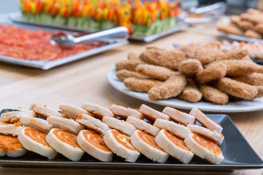 Pa amb tomaquet, Chicken-Nuggets und andere Appetizer im Hintergrund