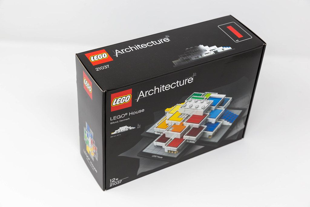 Package of the LEGO Architecture 21037 LEGO House Billund 2017 on a white background