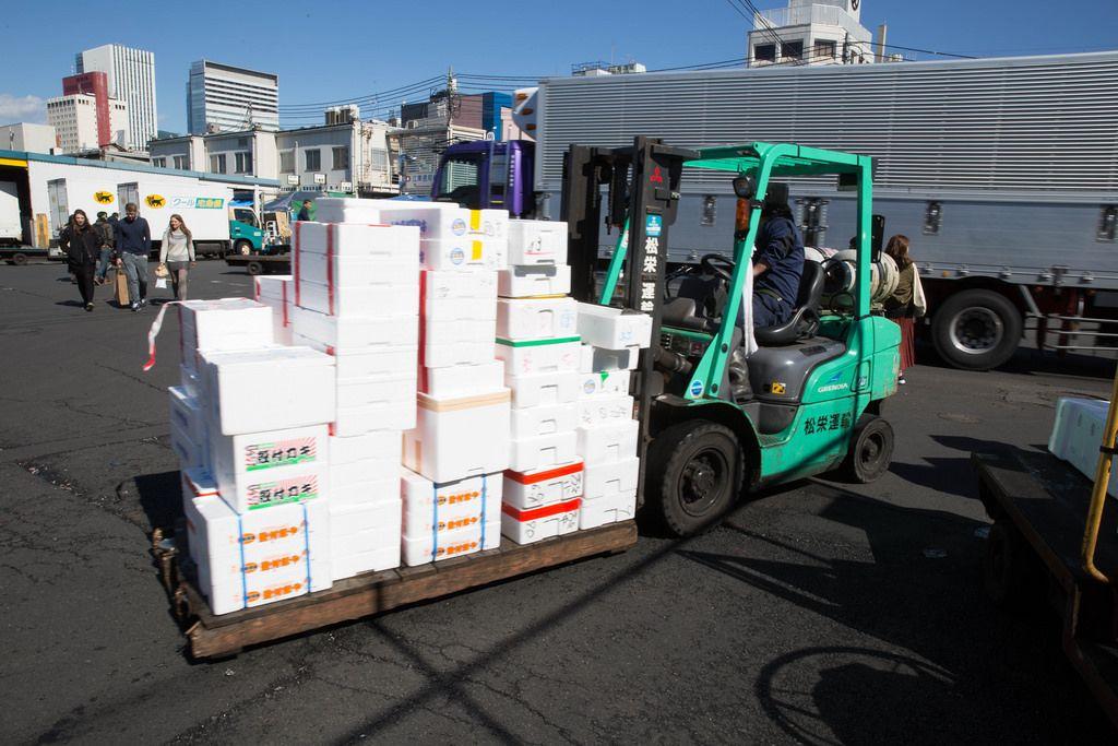 Pakettransport mit dem Gabelstapler - Tokyo, Japan