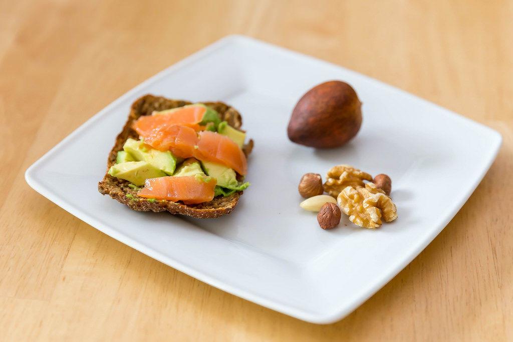 Paleo-Diät: Lachs, Avocado und Nüsse