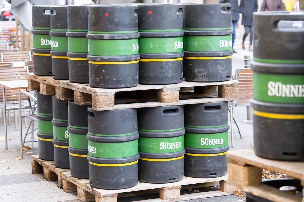 Paletten mit Bierfässern von Sünner