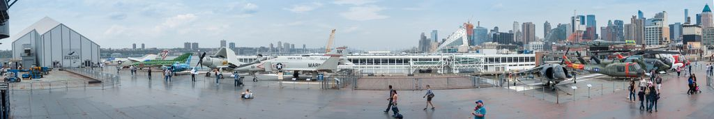 Panorama vom Space Shuttle Pavilion mit Helikoptern und Flugzeugen in New York City, USA