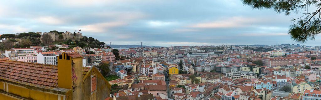 Panorama von Lissabon mit Castello und Brücke