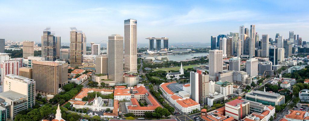 Panorama: Wokenkratzer von Singapur