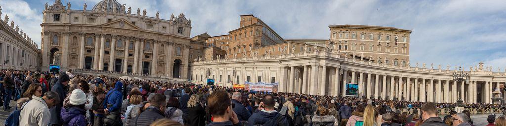 Panoramaaufnahme auf dem Petersplatz des Vatikans