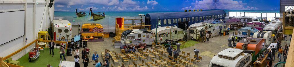 Panoramabild des Basecamps in Bonn mit alten Bussen und bunten Wohnwagen als Location des 5. BarCamps