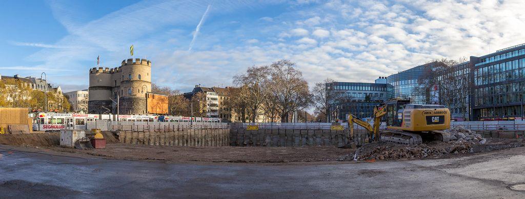 Panoramafoto von mit Wasser gefüllter Baugrube am Rudolfplatz in Köln
