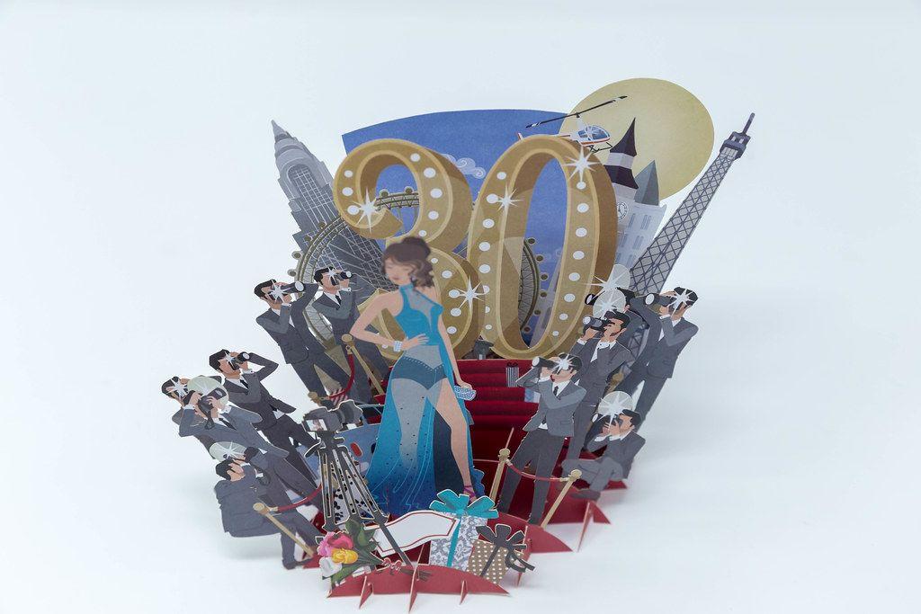 Papiermodel zum 30. Geburtstag / Jubiläum, mit einer Frau im Rampenlicht und vielen Fotografen am roten Teppich