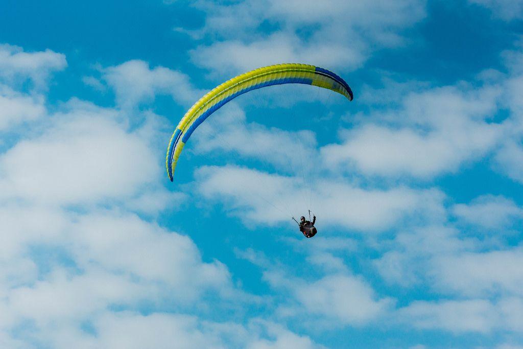 Paraglider mit wunderschönem Himmel im Hintergrund