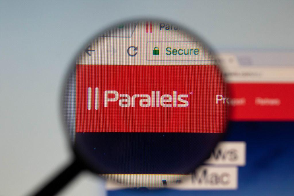 Parallels-Logo am PC-Monitor, durch eine Lupe fotografiert