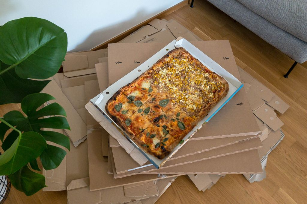 Partyblech mit Pizza währed des Umzuges