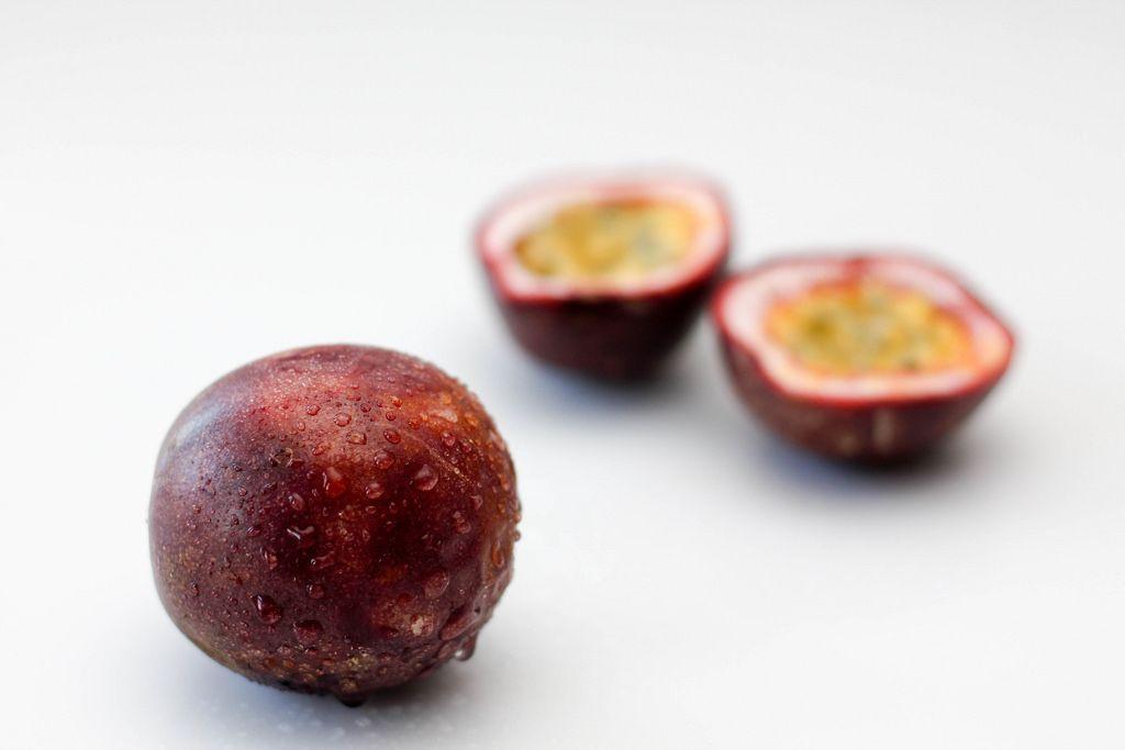 Passionsfrucht vor weißem Hintergrund