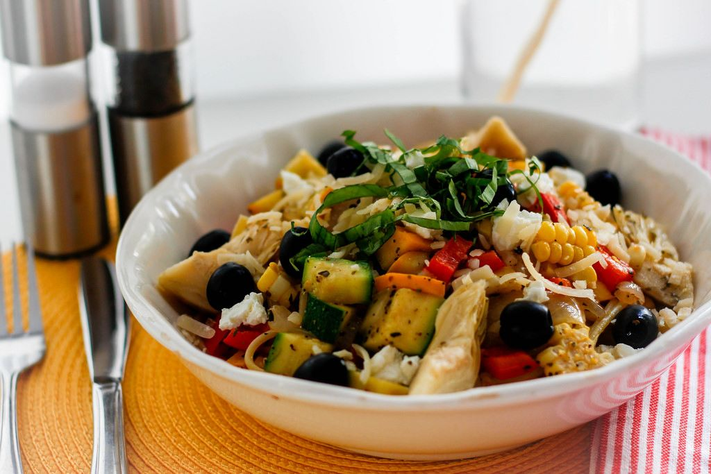 Pasta Primavera mit Zucchini, Mais, Oliven und Gemüse