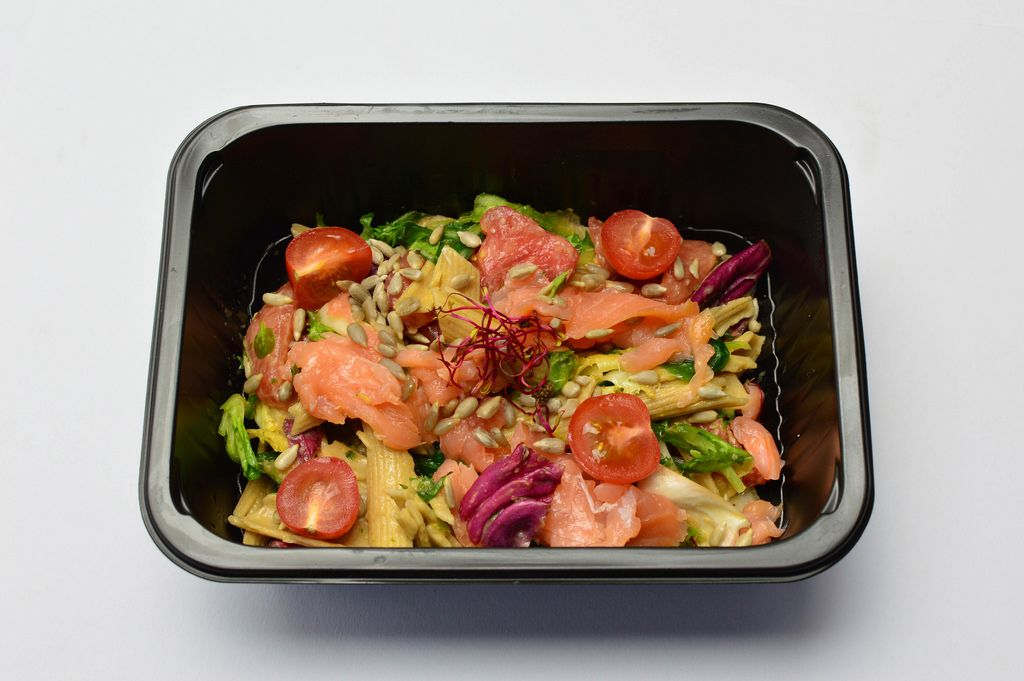 Pasta with salmon, tomatoes and lettuce