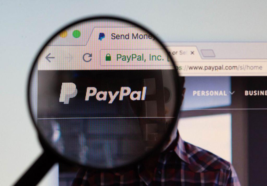 PayPal-Logo am PC-Monitor, durch eine Lupe fotografiert