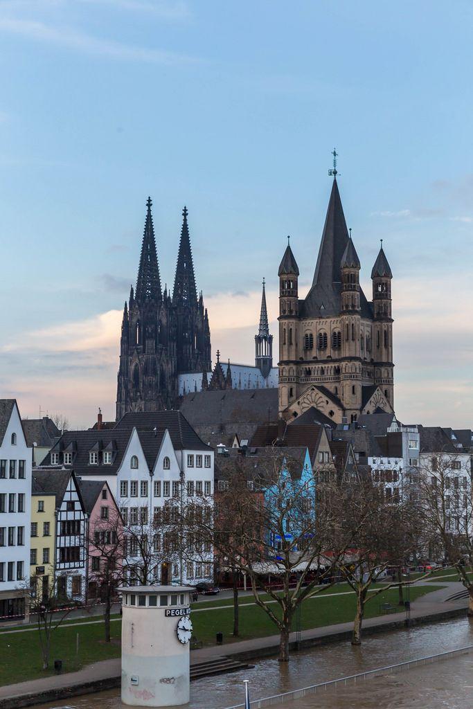 Pegel Köln bei Hochwasser und der Kölner Dom im Hintergrund