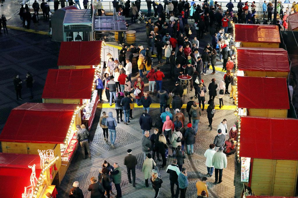 People walking between Christmas huts, view from above (Flip 2019)