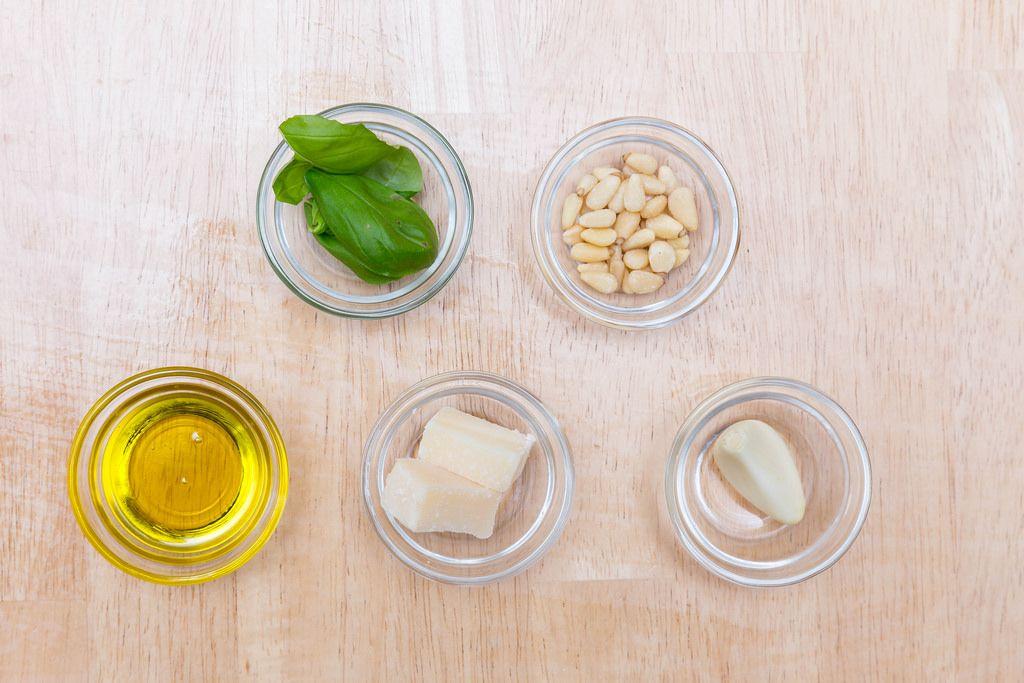 Pesto-Zutaten: Olivenöl, Parmesan, Knoblauch, Pinienkerne und Basilikum