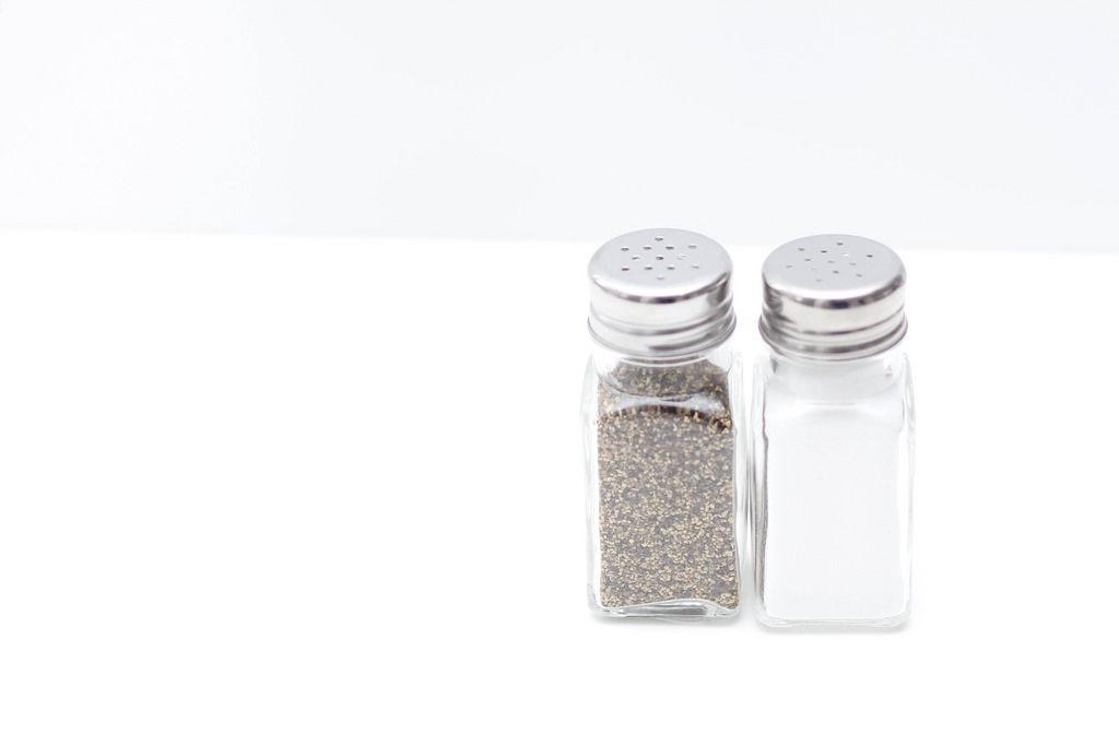 Pfefferstreuer und Salzstreuer vor weißem Hintergrund