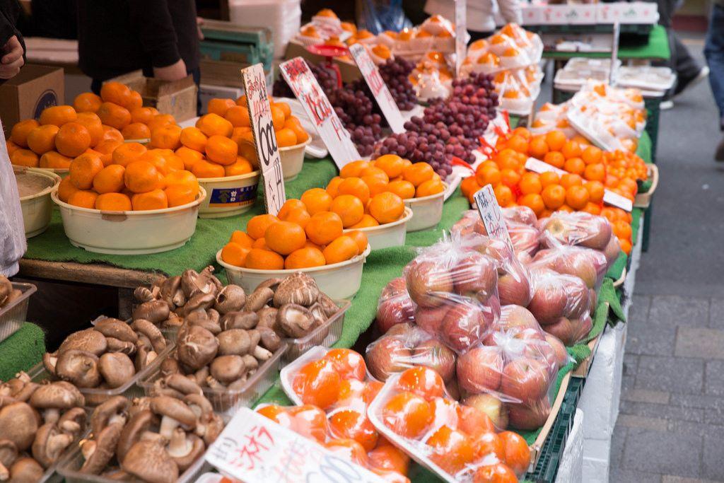Pilze, Mandarinen und Äpfel