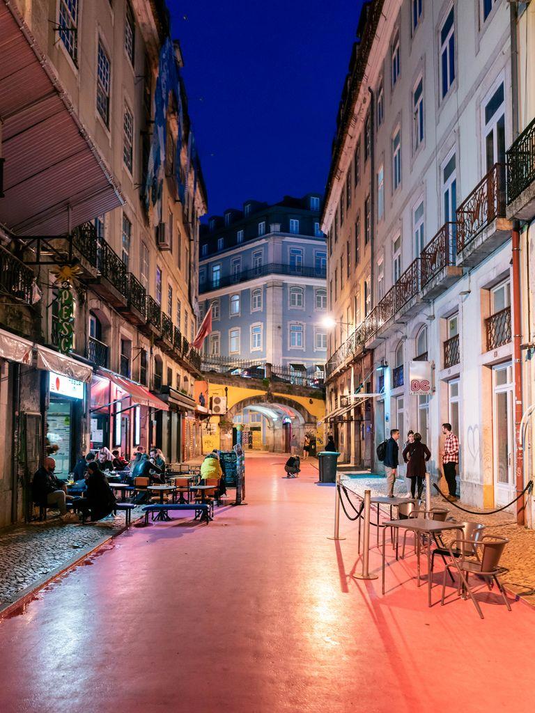 Pink street in Lisbon / Rosa Stra§e in Lissabon