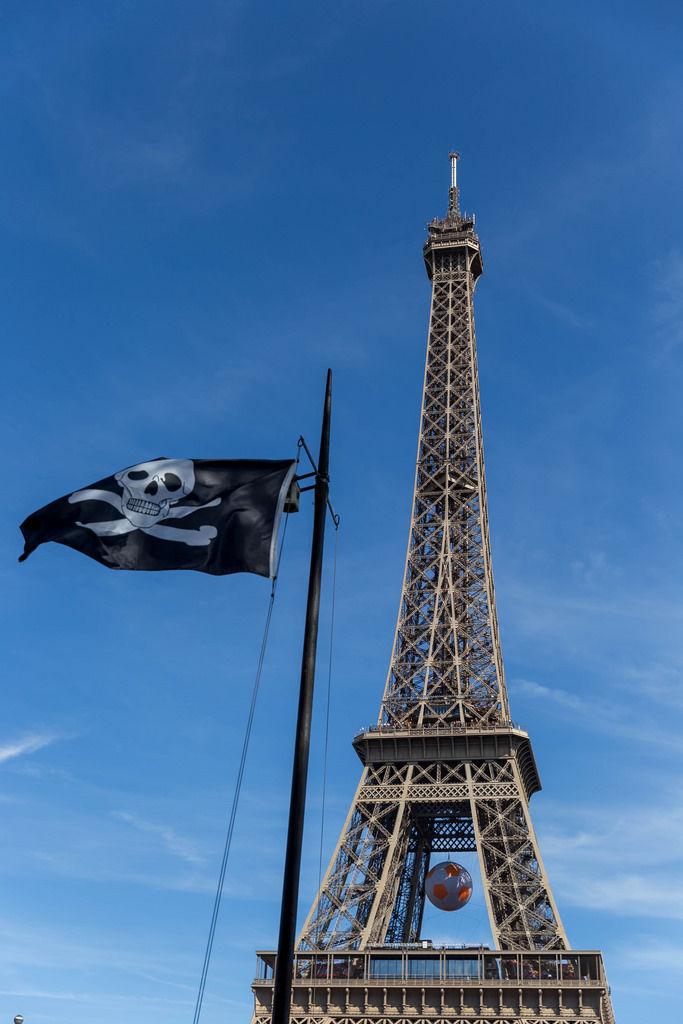 Piratenflagge und Eiffelturm