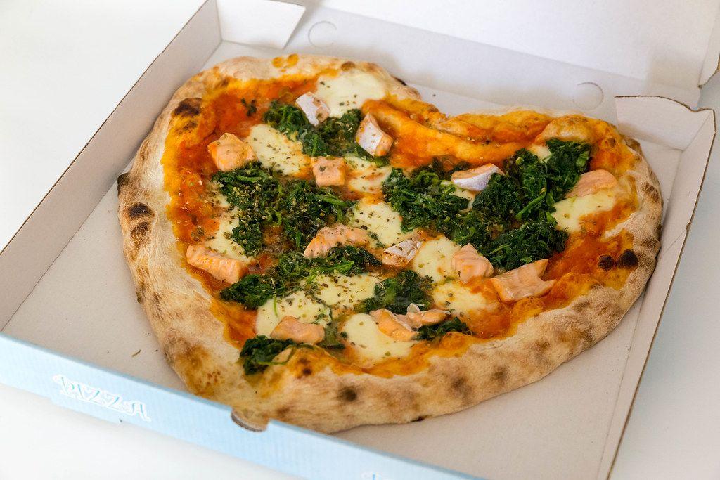 Pizza in Herzform zum Mitnehmen im Pizzakarton