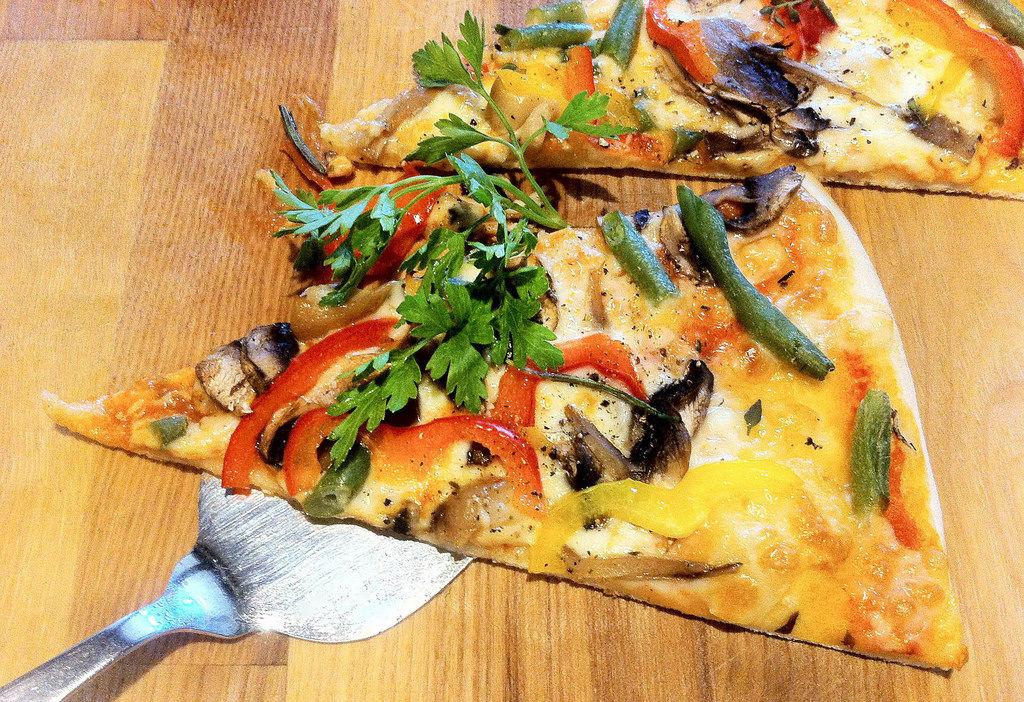 Pizza mit Pilzen und Gemüse