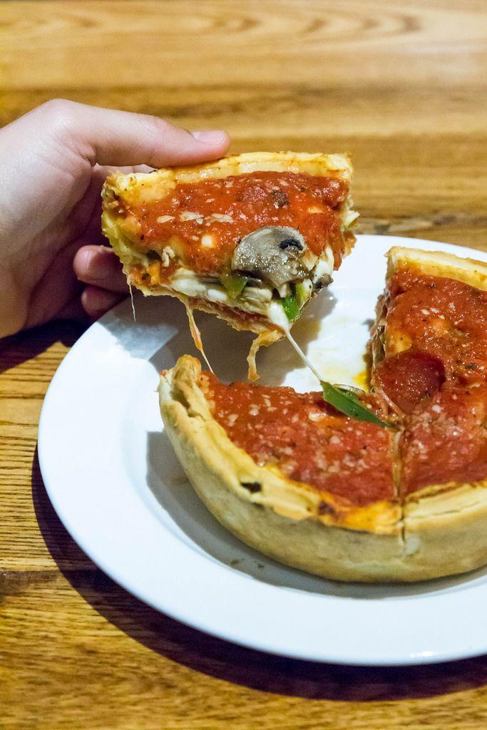 Pizza nach Chicagoer Art mit Salamiwurst und Pilzen