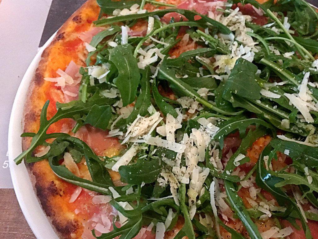 Pizza Rucola mit Schinken und Parmesan