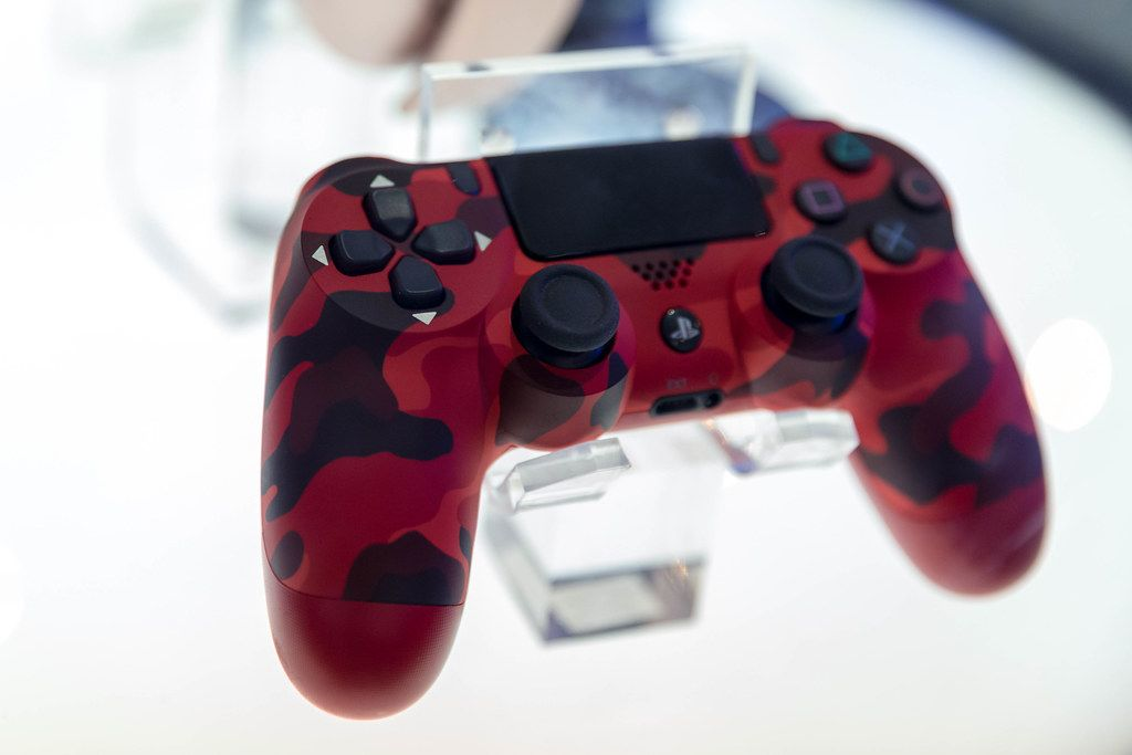 Playstation 4 Dualshock 4: Kabelloser Controller im roten Camouflagelook