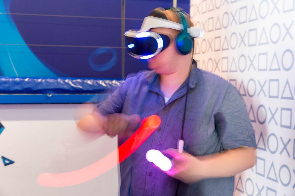 PlayStation VR mit Move Kontrollern im Einsatz - Gamescom 2017, Köln