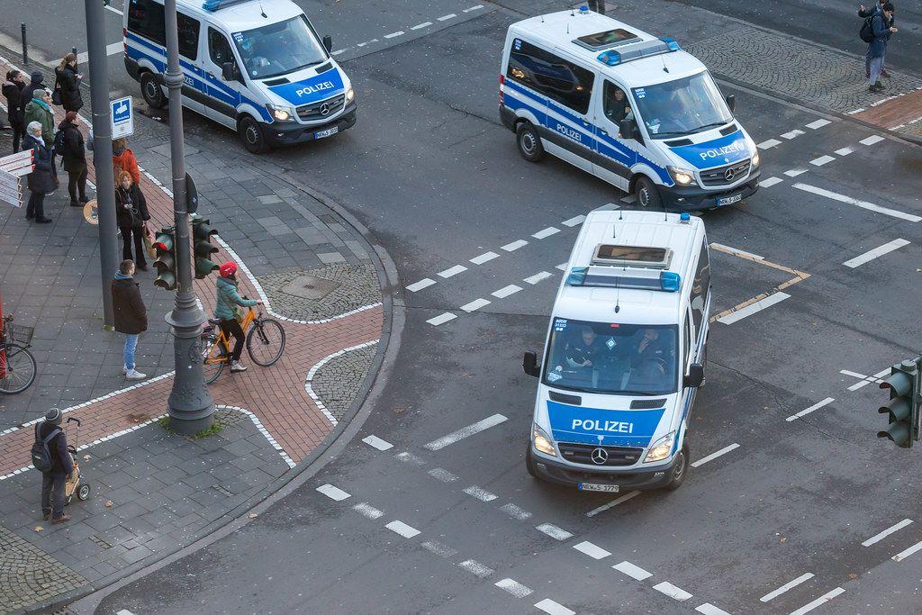 Polizei Autos von oben fotografiert beim Klimastreik Fridays for Future