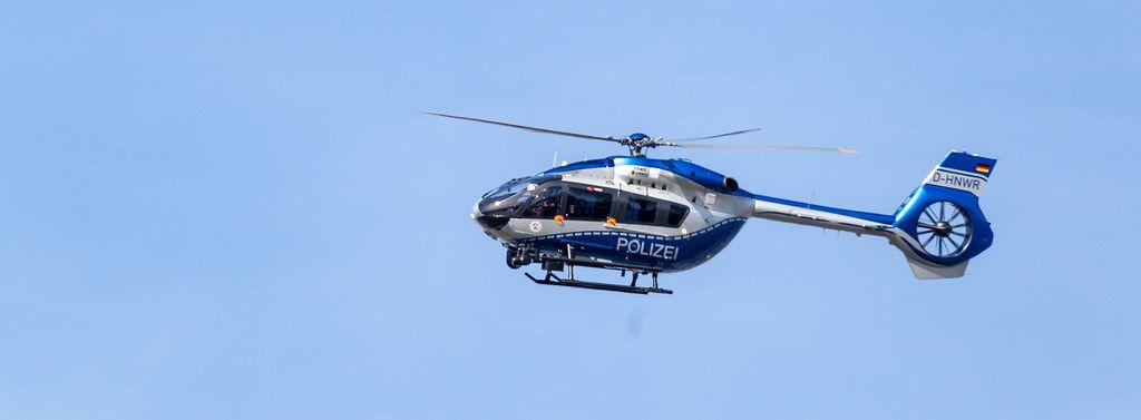Polizeihubschrauber aus der Seitenansicht in der Luft