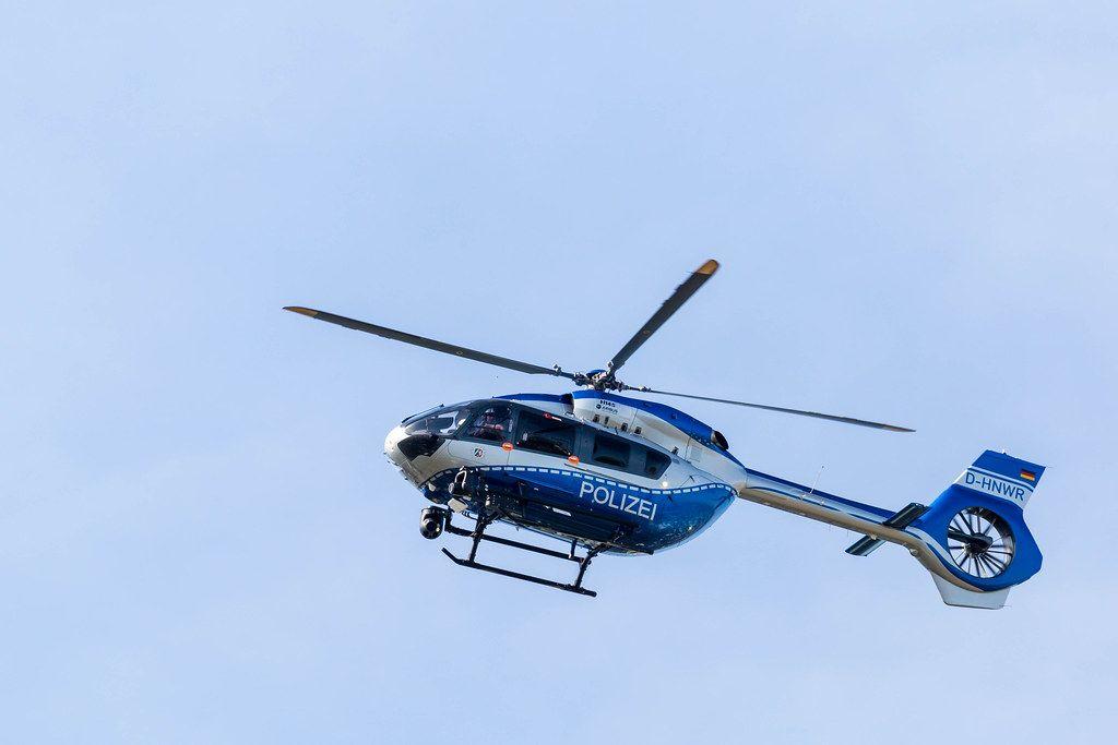 Polizeihubschrauber in der Luft in Köln-Ehrenfeld, über der Fridays for Future Demonstration zum Klimastreik