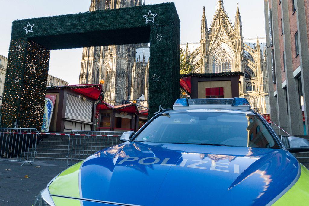 Polizeiwagen vor dem Weihnachtsmark am Kölner Dom