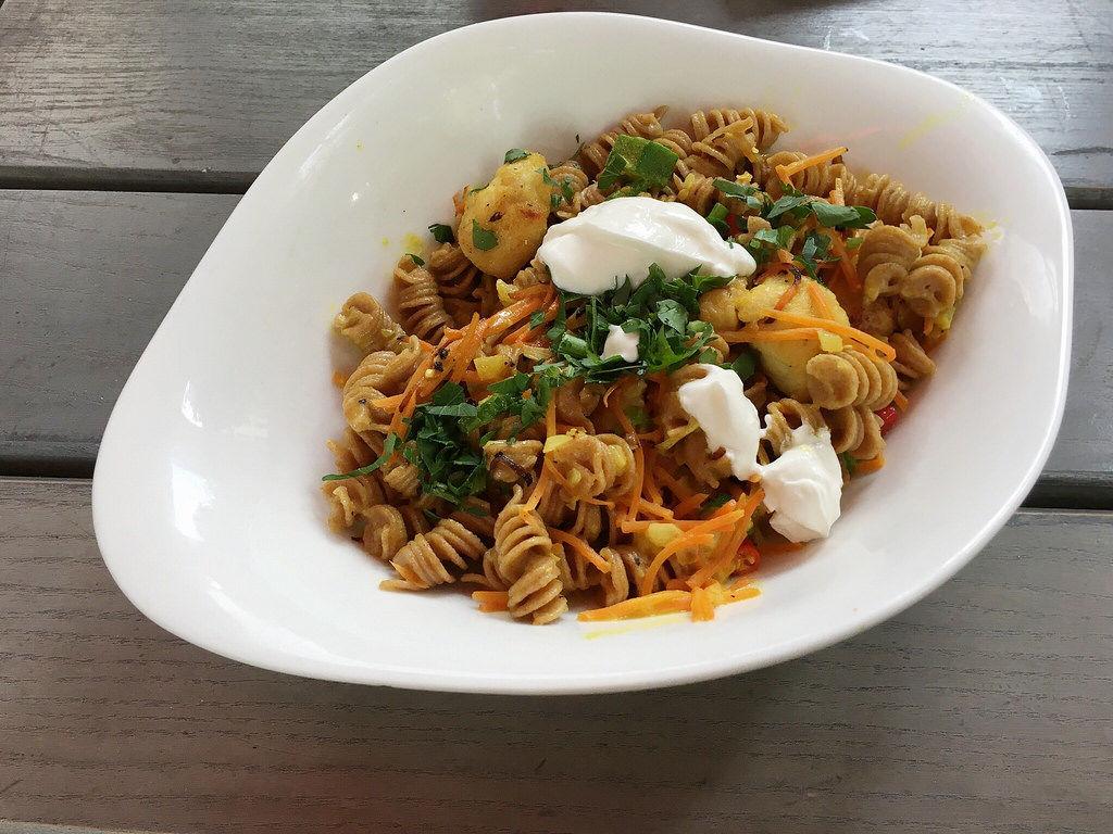 Pollo al Curry mit Dinkel, Hähnchen, Chili und Joghurt.